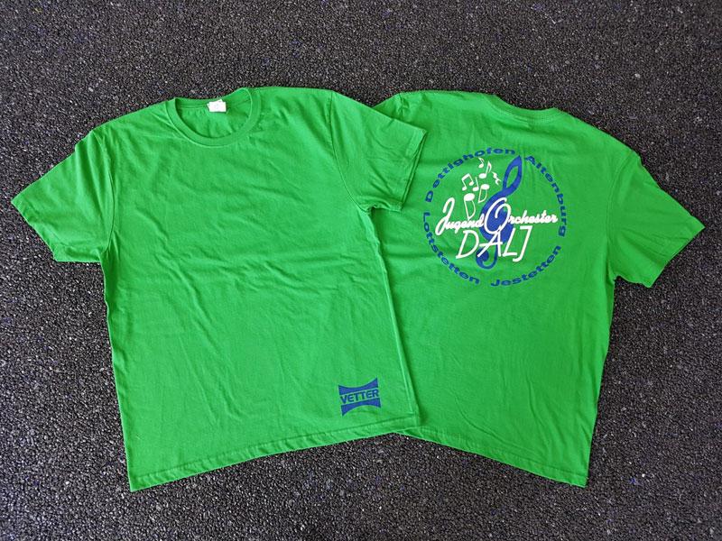 Grüne T-Shirts im Siebdruck
