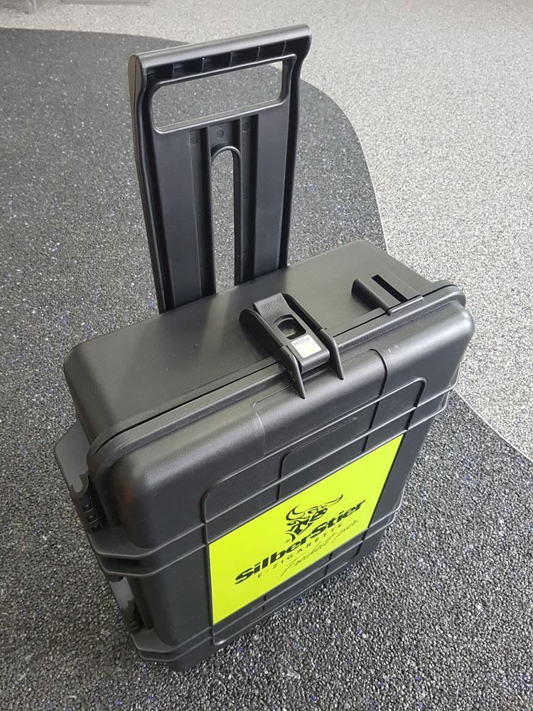koffer-trolley-produkt-praesentation-silberstier-geschlossen