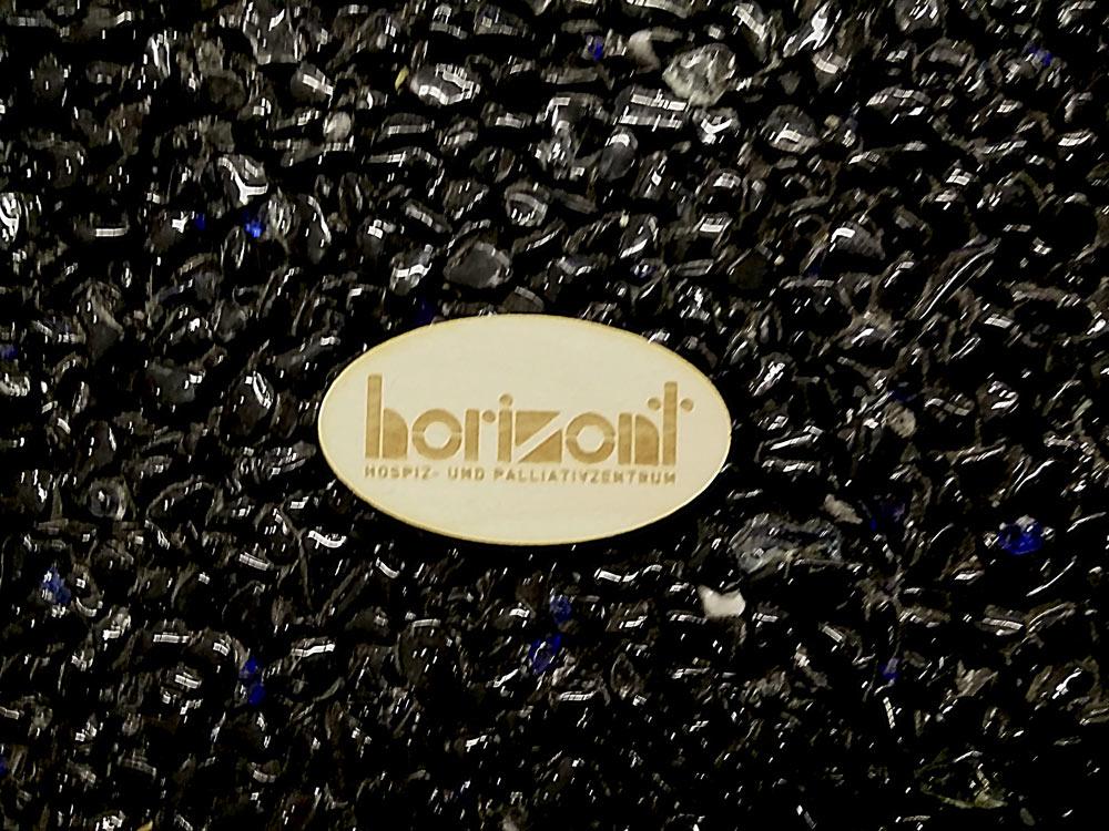 Horiozon, Holzplakette
