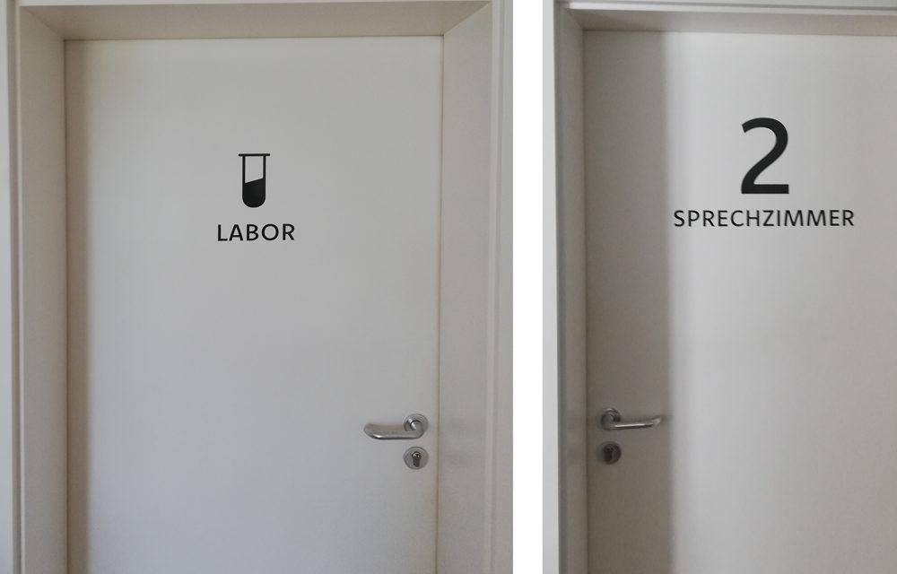 Türenbeschriftung für die Arztpraxis in Hohenfels